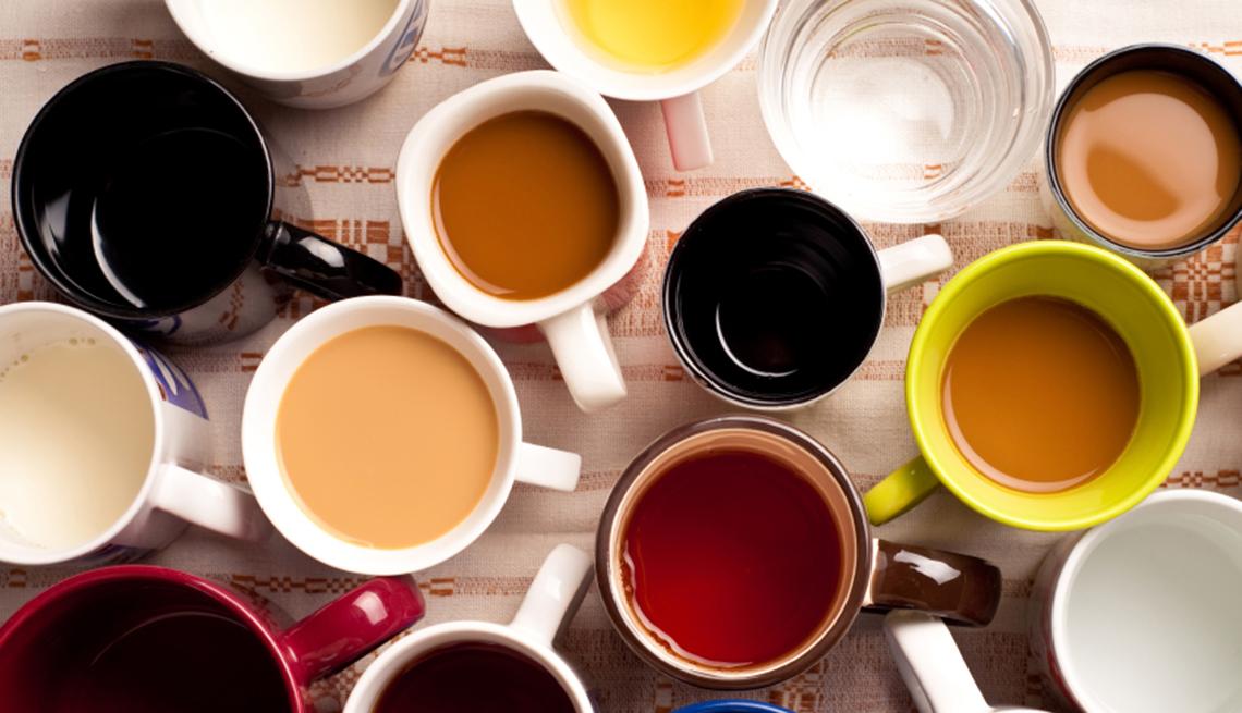 Varias tazas de café sobre una mesa