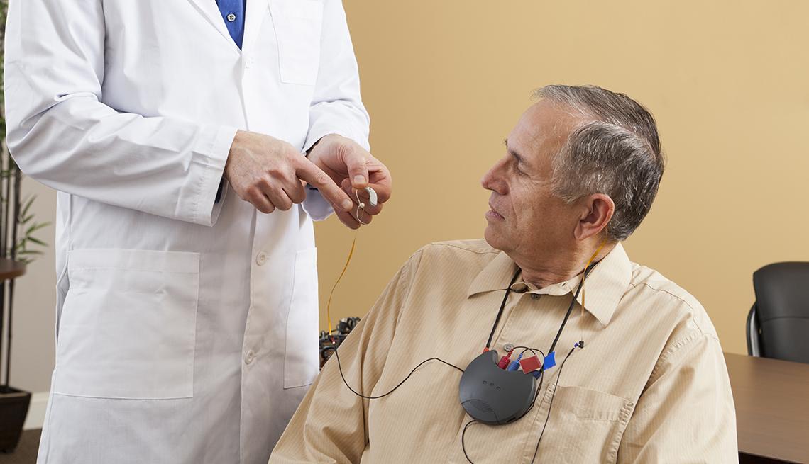 Consulta médico-paciente sobre pérdida auditiva