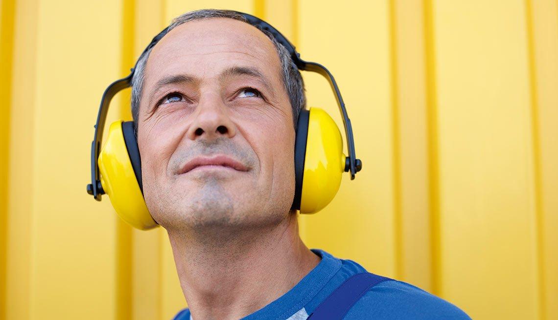 Hombre con audífonos