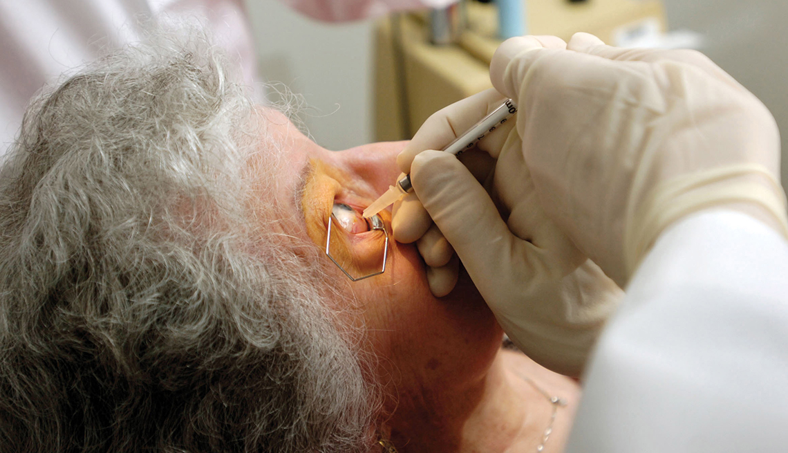 Personal médico inyectando un medicamento en el ojo de un paciente