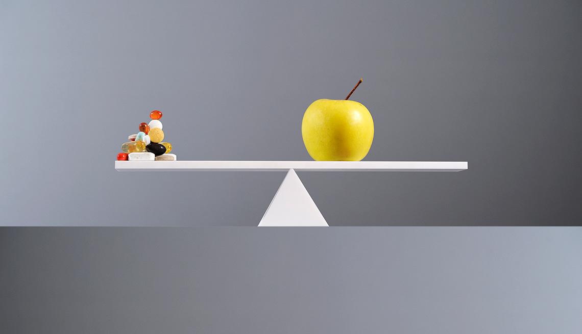 Dulces a un lado, manzana al otro en una balanza