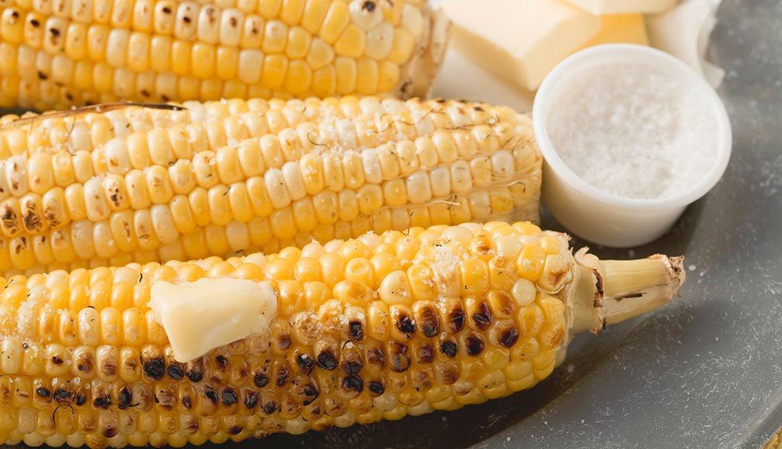 Mazorca de maíz con mantequilla y sal