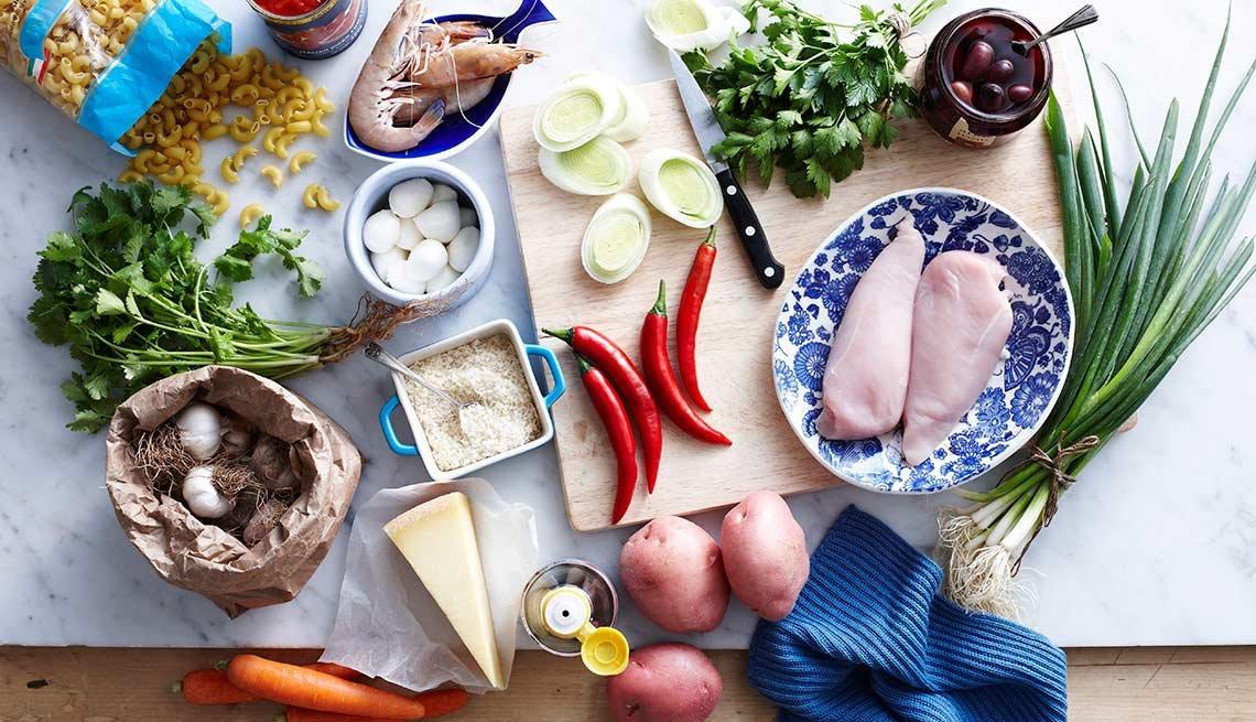 Distintos alimentos sobre una mesa