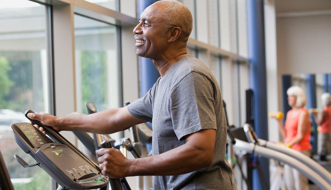 Hombre haciendo ejercicios en un gimnasio