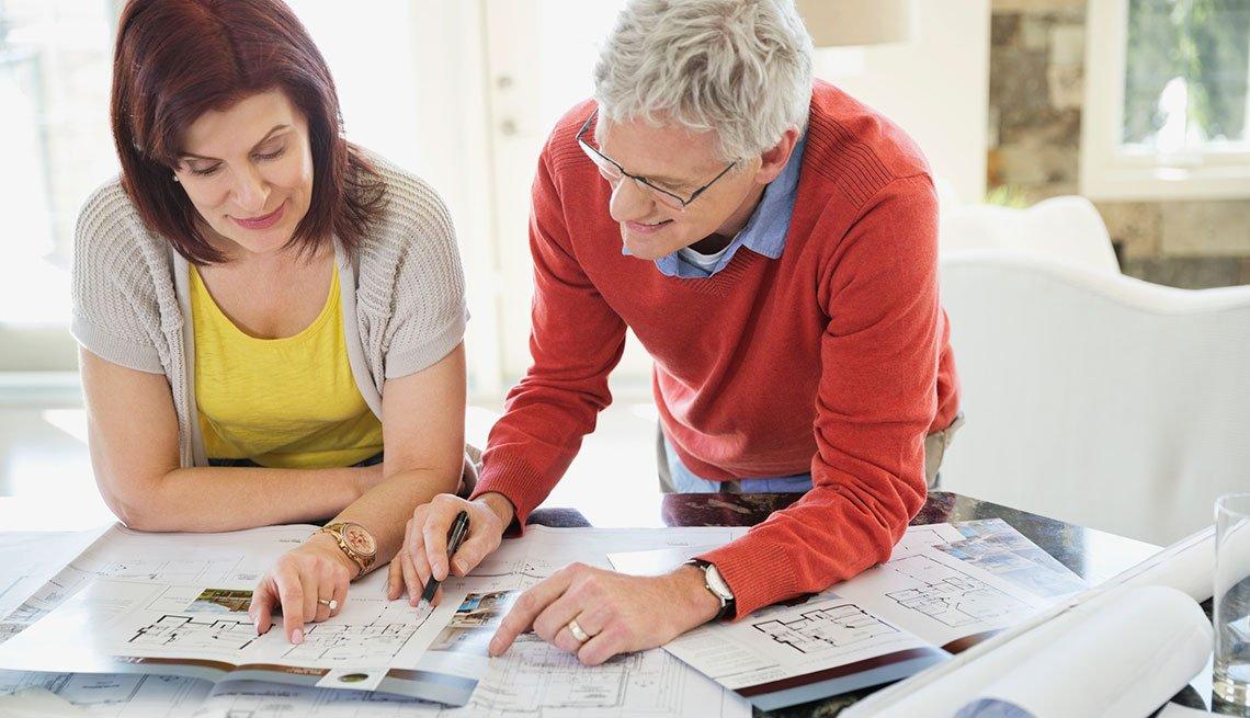 Hombre y mujer colaborando en un proyecto