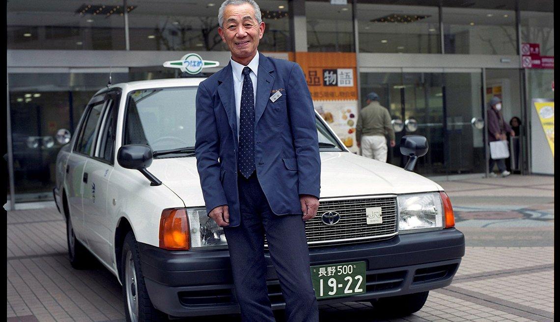Hombre parado frente a un auto
