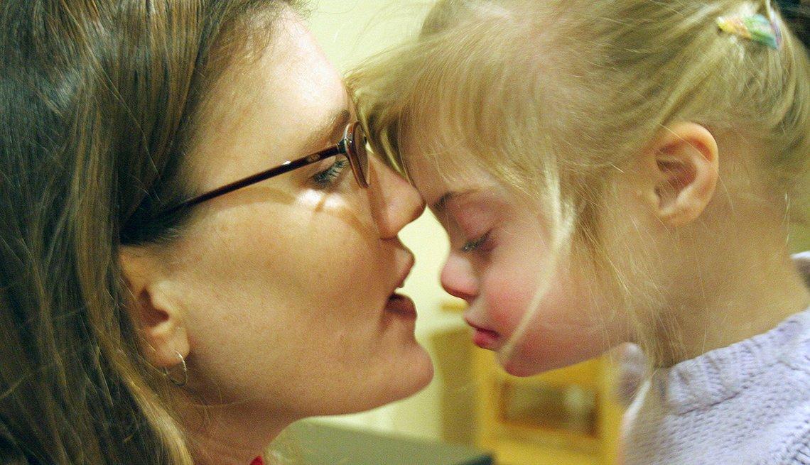 Madre e hija con sus caras juntas