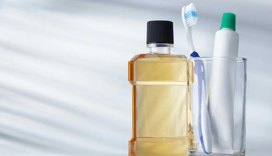 Enjuagador bucal, cepillo y pasta dental