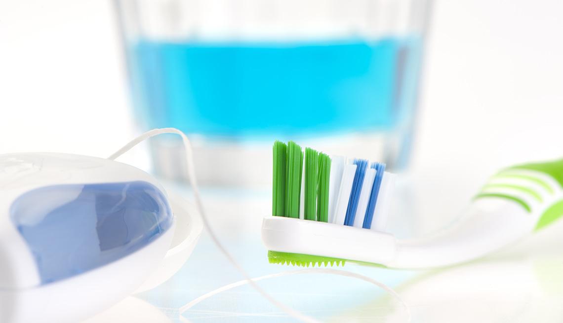 Hilo dental, cepillo y enjuagador bucal