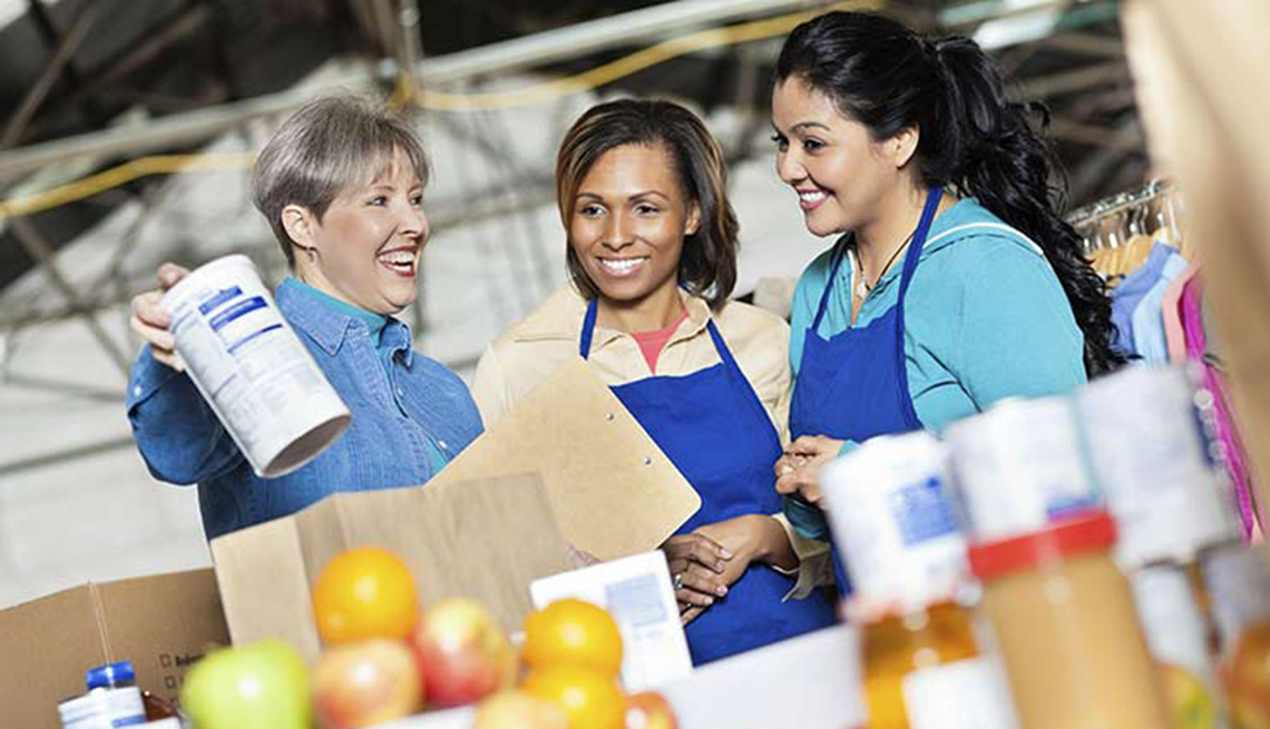 Mujeres empacando alimentos - Alimentos que puedes donar