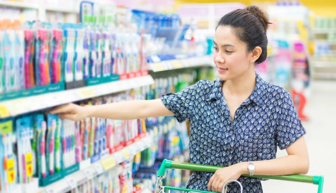 Mujer comprando artículos de higiene bucal