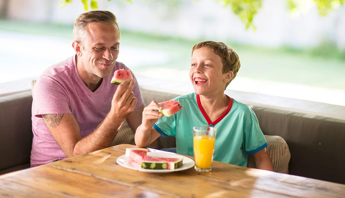 Padre e hijo comiendo sandía