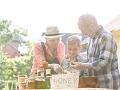Familia en un mercado agrícola