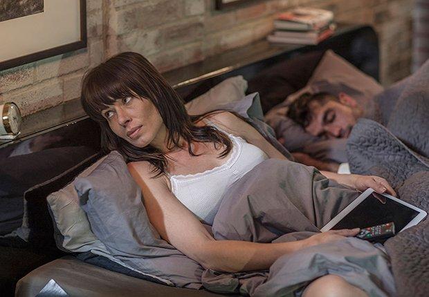 Pareja en su habitación, mujer con insomnio