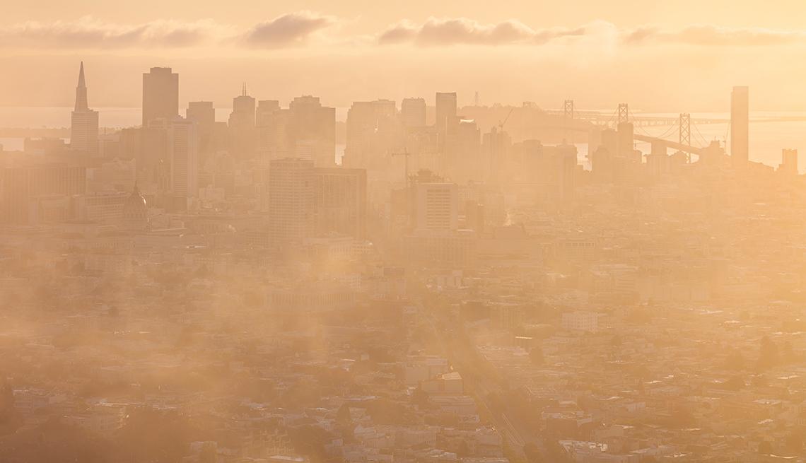 Vista de una ciudad con neblina