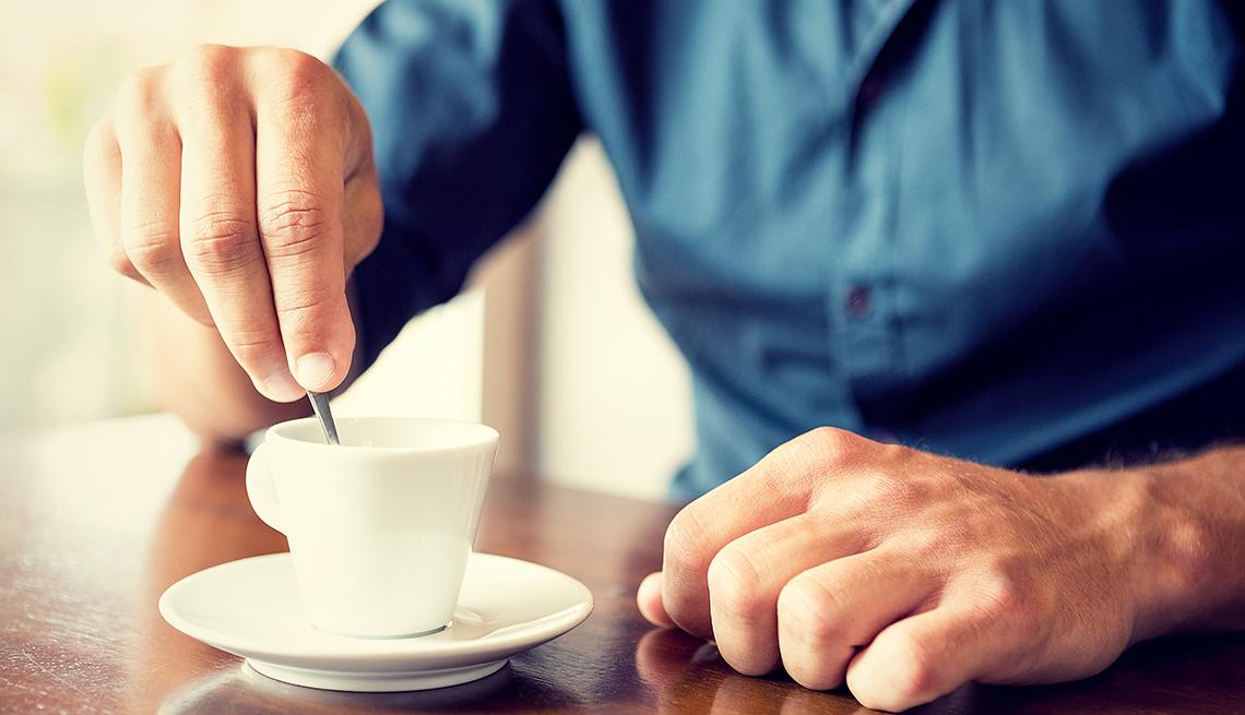 Persona tomando café