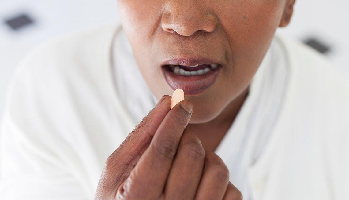 Persona tomando una pastilla