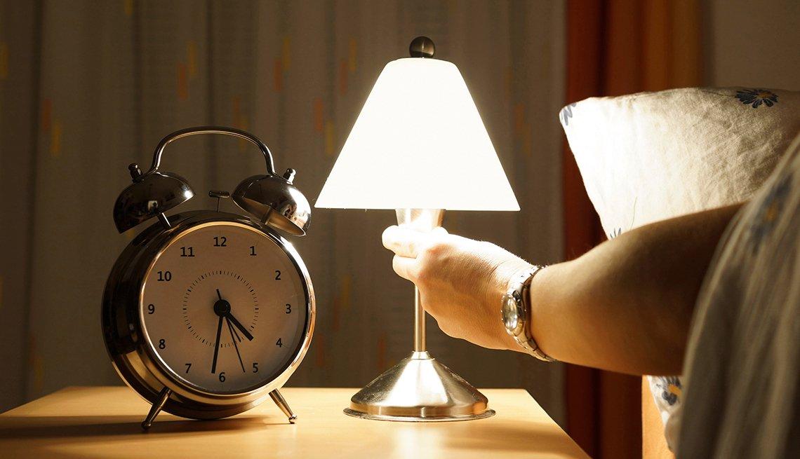 Persona encendiendo una lámpara