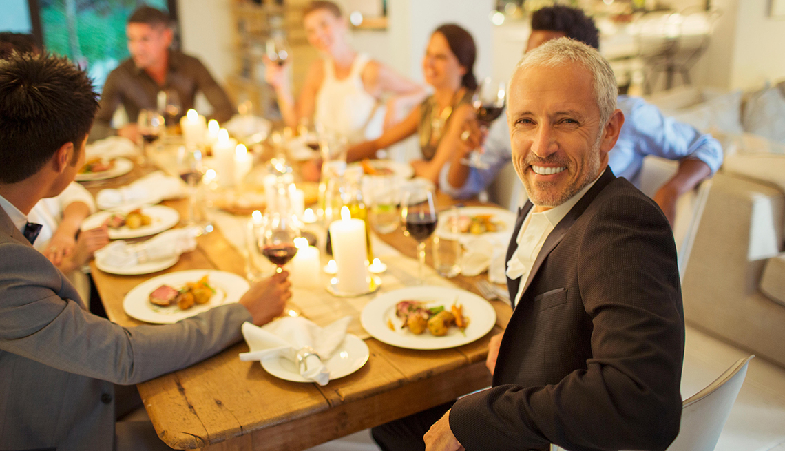 Familia celebrando y cenando juntos