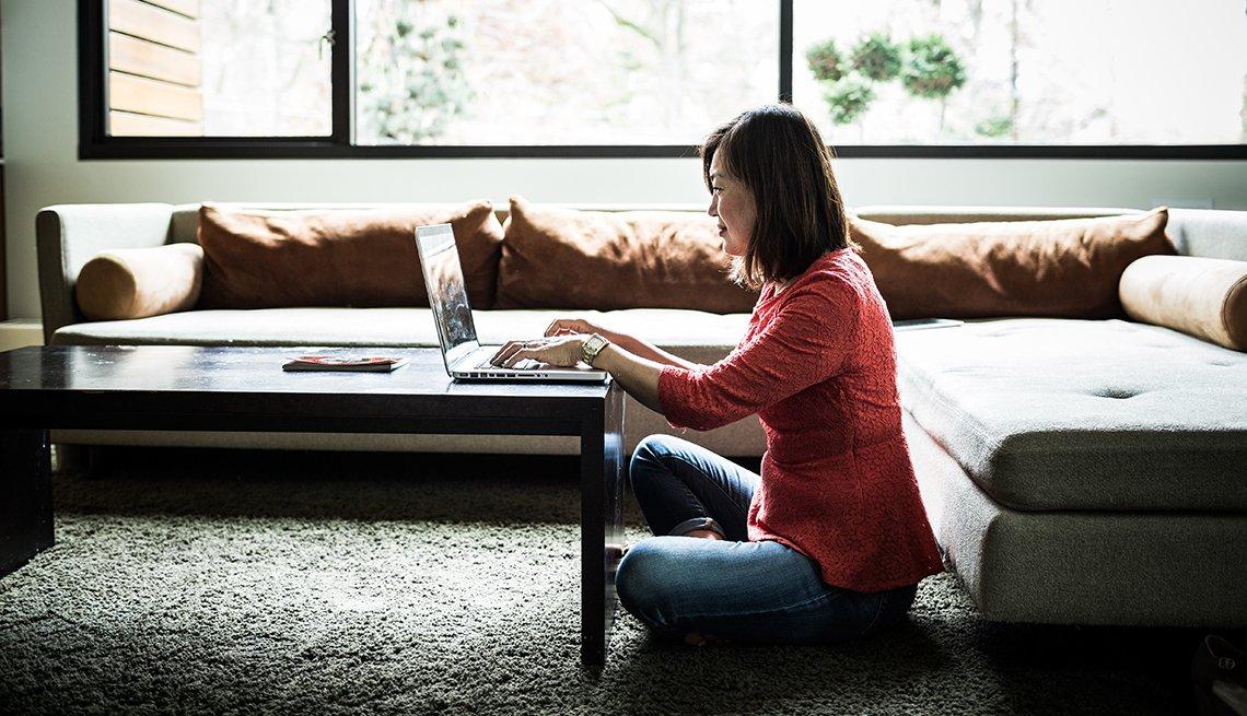 Mujer en su computador