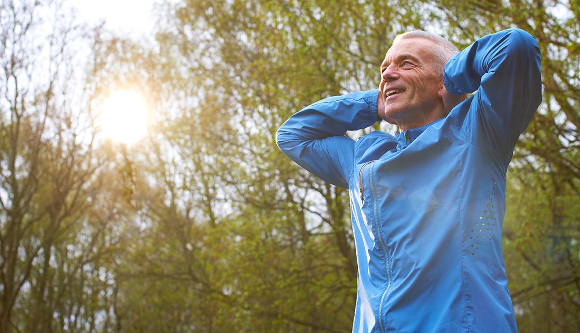 Hombre haciendo ejercicios al aire libre
