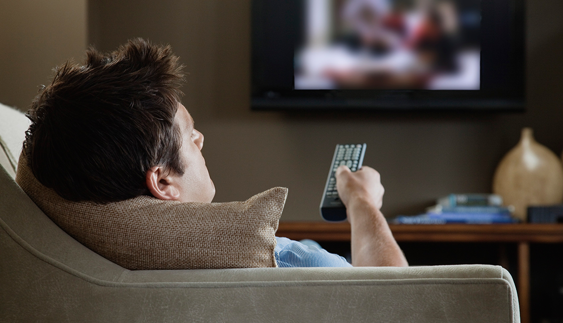 Hombre viendo televisión