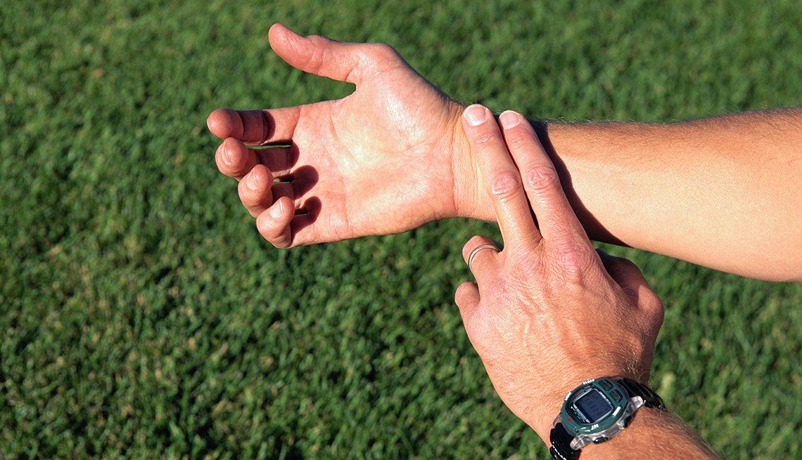 Hombre tomándose el pulso
