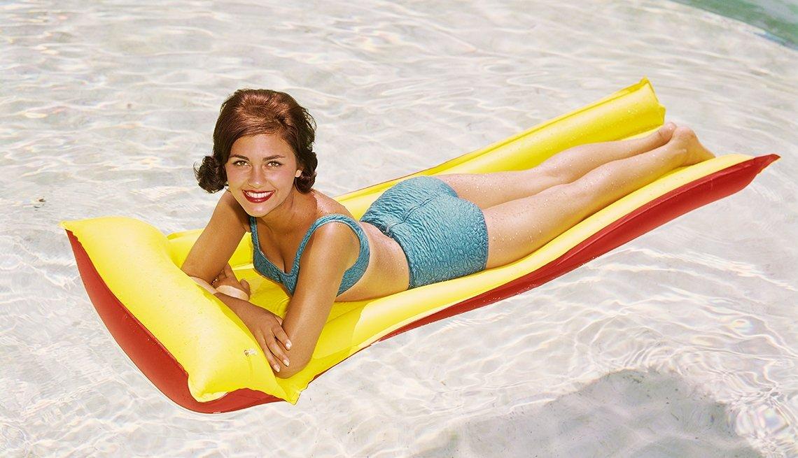 Mujer en un flotador en una piscina