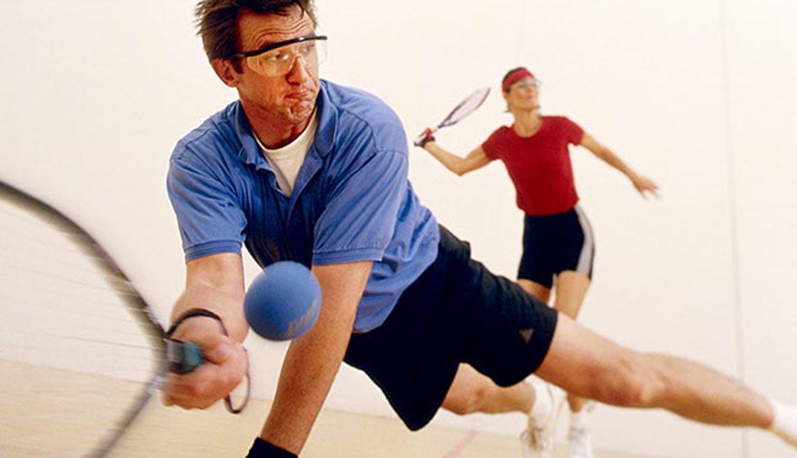 na pareja jugando racquetball - Modas de los gimnasios