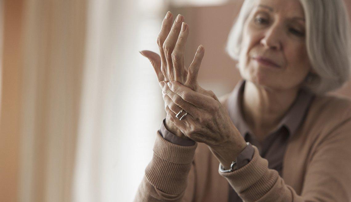 Mujer masajeando sus manos