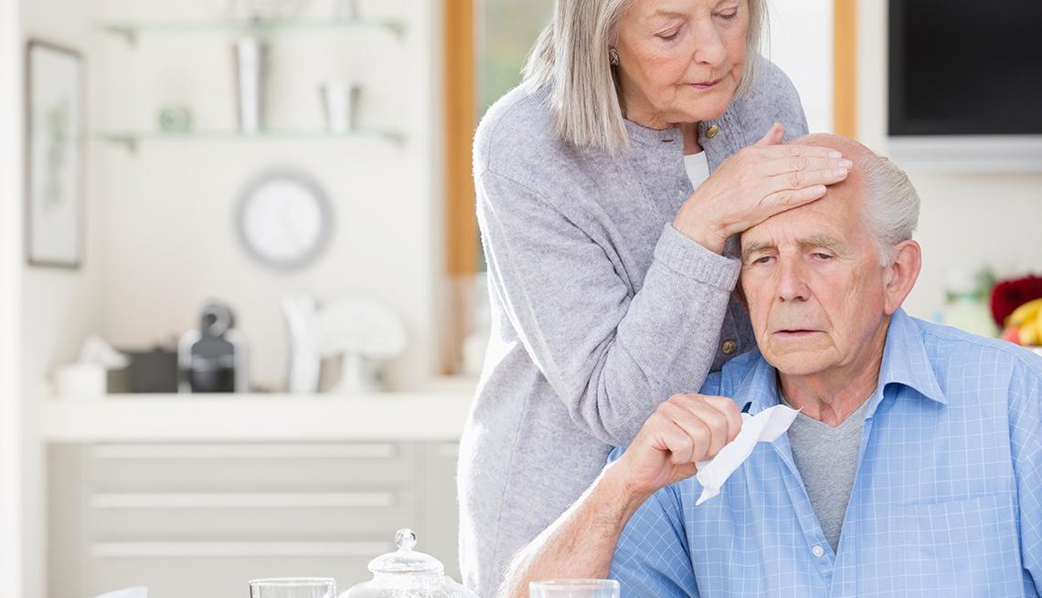 Hombre enfermo y mujer cuidándolo