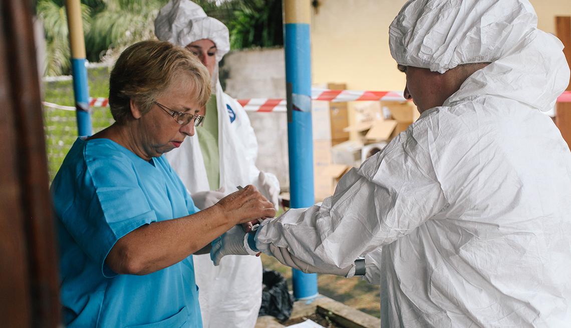Nancy Writebol en su trabajo como voluntaria