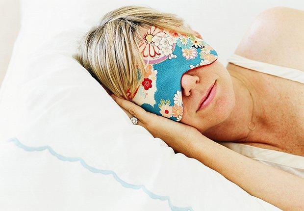 Mujer durmiendo con una máscara para bloquear la luz