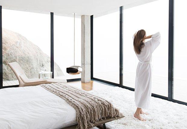 Mujer en su habitación acabada de levantar