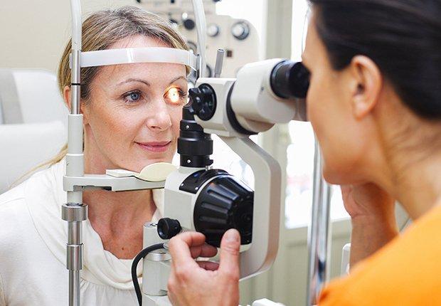 Examen de la vista a un paciente