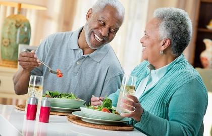 Paraje comiendo juntos y sonreidos
