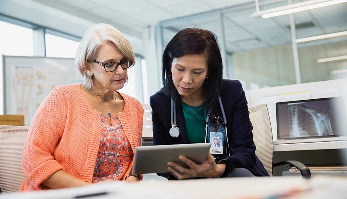 Médico y paciente en una consulta médica