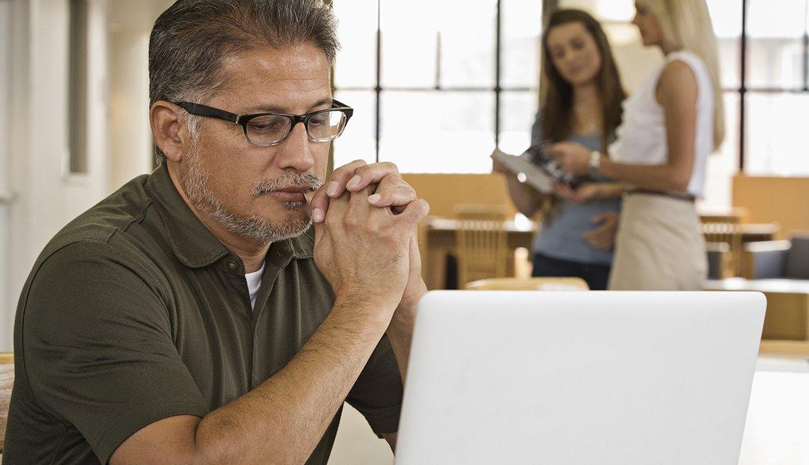 Hombre sentado frente a su computadora
