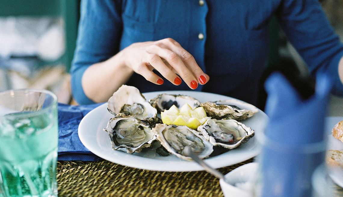Mujer comiendo ostras