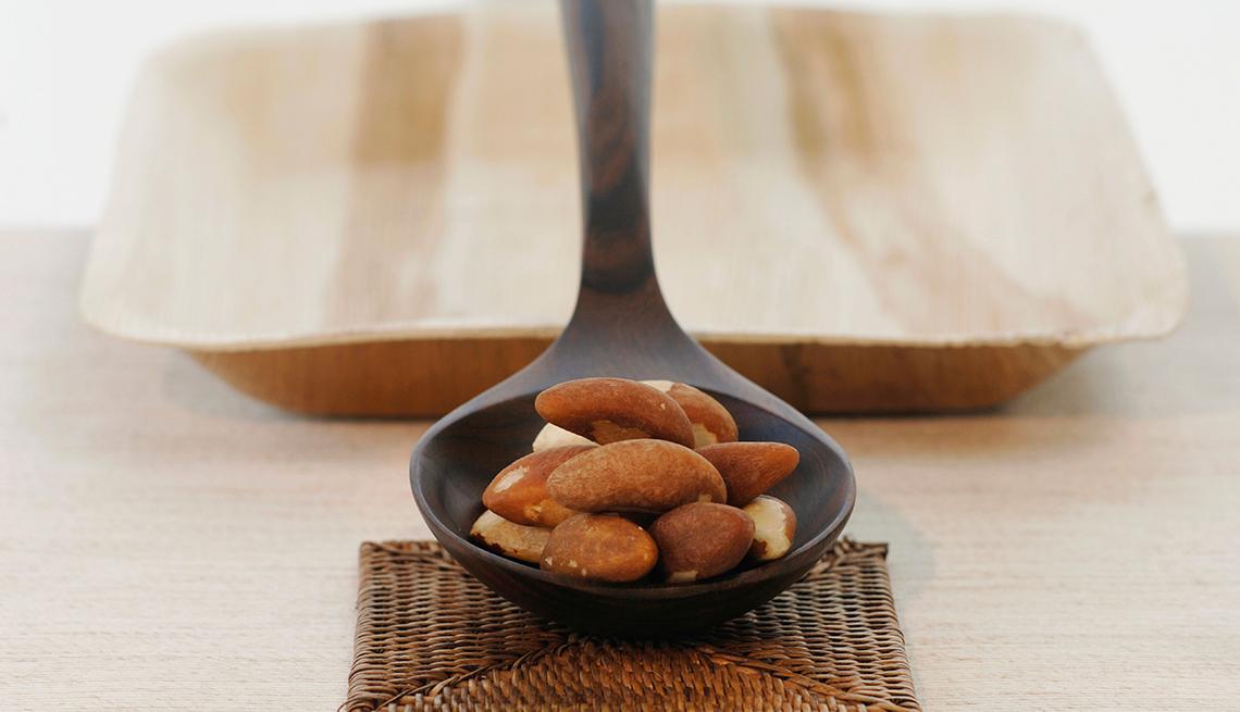 Nueces en un cucharón de madera