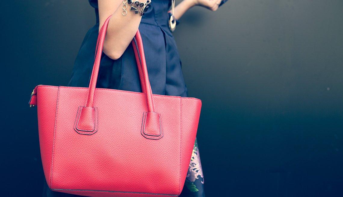 Mujer con su cartera