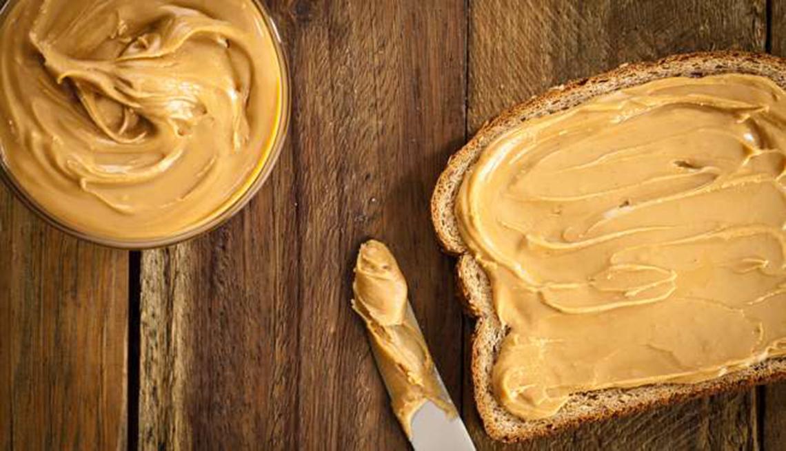 Mantequilla de maní sobre una rebanada de pan