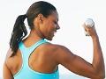 Mujer levantando pesas livianas
