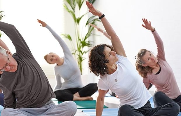 Mujeres practicando yoga