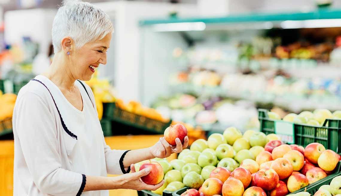 Mujer comprando frutas en un mercado