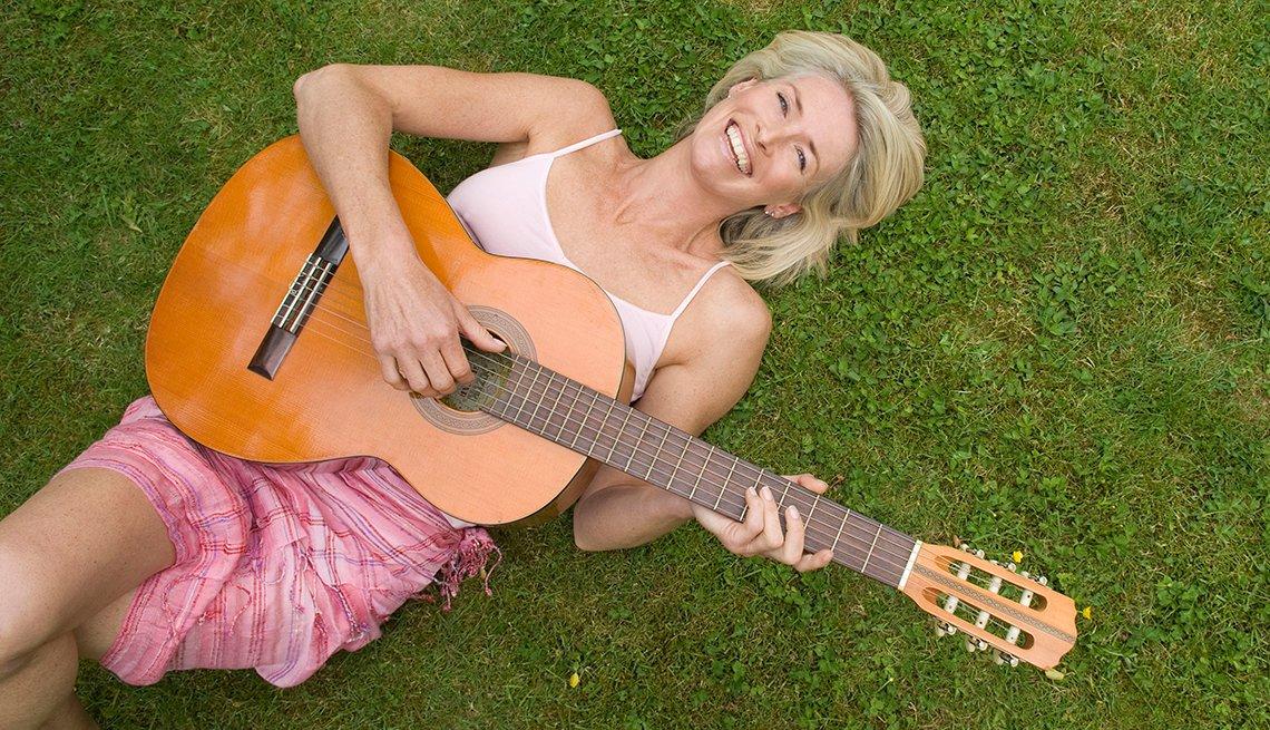 Mujer tocando la guitarra