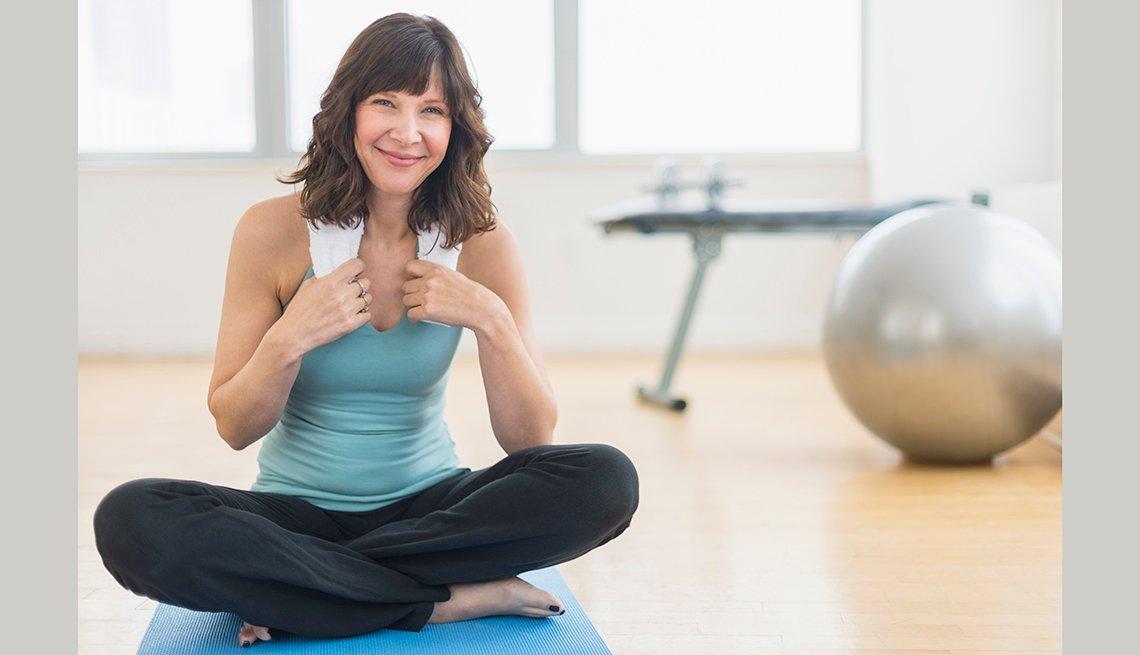 Mujer tomándose un descanso entre el ejercicio