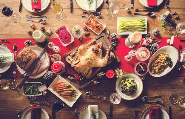 Mesa servida con comida navideña - Fiesta