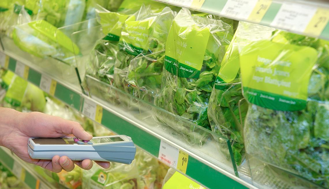 Bolsas de ensalada en un mercado