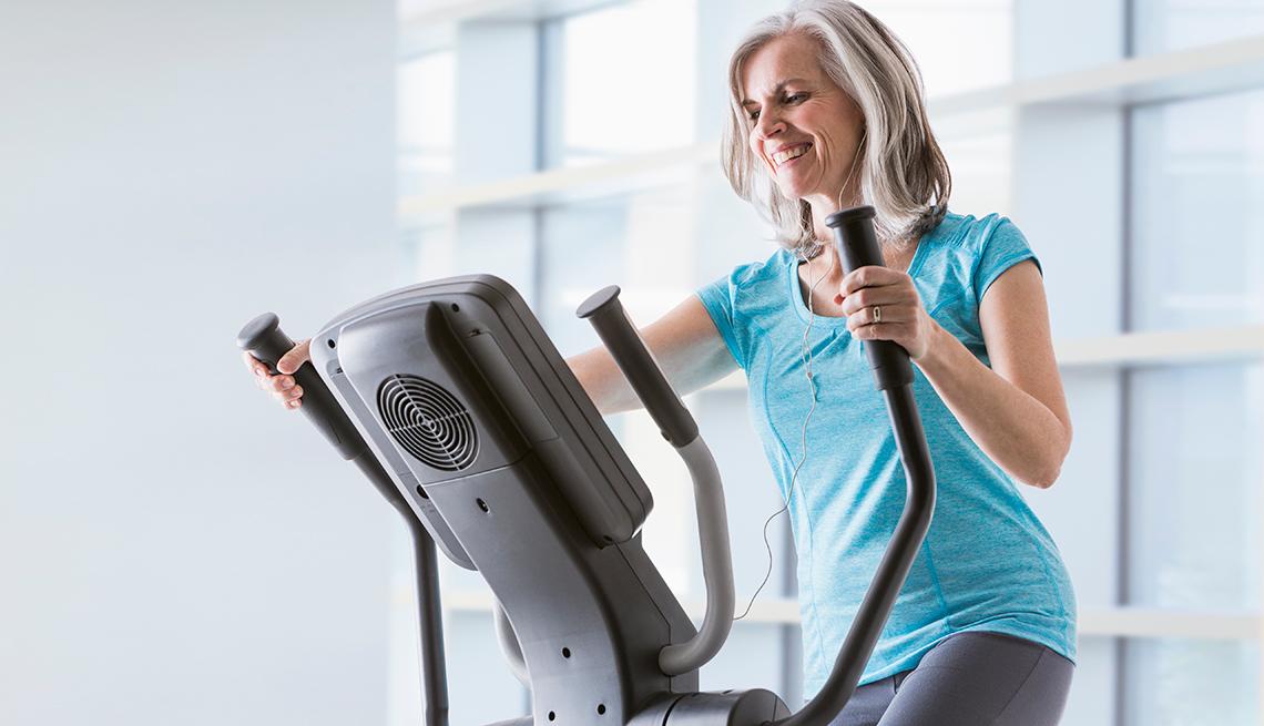 Mujer haciendo ejercicios en una elíptica